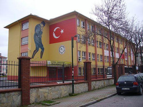 http://www.mixanitouxronou.gr/ti-grafoun-ta-tourkika-scholika-vivlia-gia-tin-elliniki-epanastasi-tou-1821/ Το κείμενο που ακολουθεί είναι μετάφραση του τουρκικού σχολικού εγχειριδίου (Emin Oktay, Tarih, Lise: III, έκδ. 1988, σσ. 237-240) και καταδεικνύει τον τρόπο που διδάσκονται οι γείτονες την κοινή μας Ιστορία...