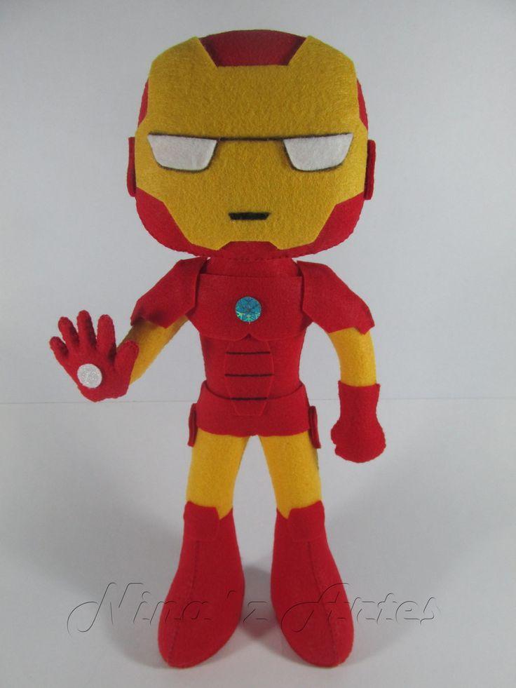 - Com: Homem de Ferro, Capitão América, Hawkeye, Viúva Negra, Hulk e Thor. * Unidade: R$86,00. Produto confeccionado à mão, em feltro e fibra antialérgica. Pára em pé. Para decoração.