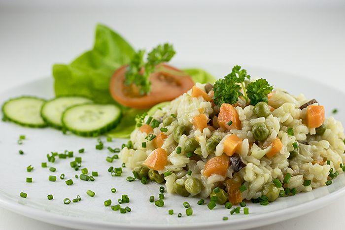 Diesen veganen Gemüserisotto lieben alle unsere Kinder heiß und innig. Er ist leicht zubereitet und während er vor sich hin köchelt, kann man sich um den Salat kümmern.