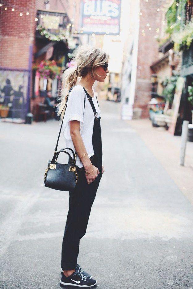 Prueba definitiva de que los overoles se ven bien con toda clase de zapatos.   18 Looks ideales para las chicas que quieren usar overoles