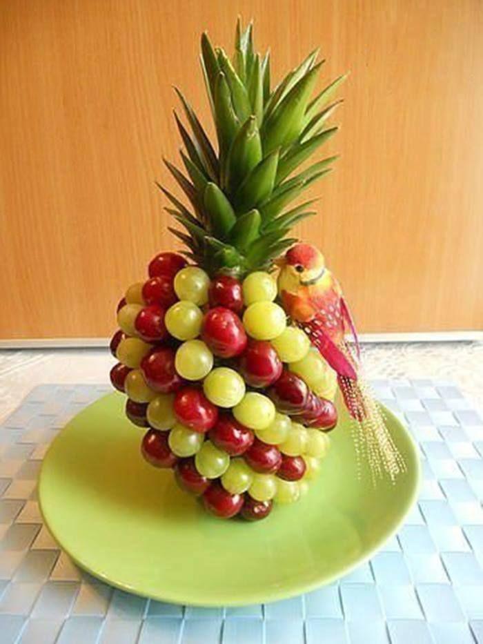 Uvas en brochetas o colocadas sobre otras frutas con ayuda de palillos o mondadientes, todas son formas originales y diferentes de servirla...