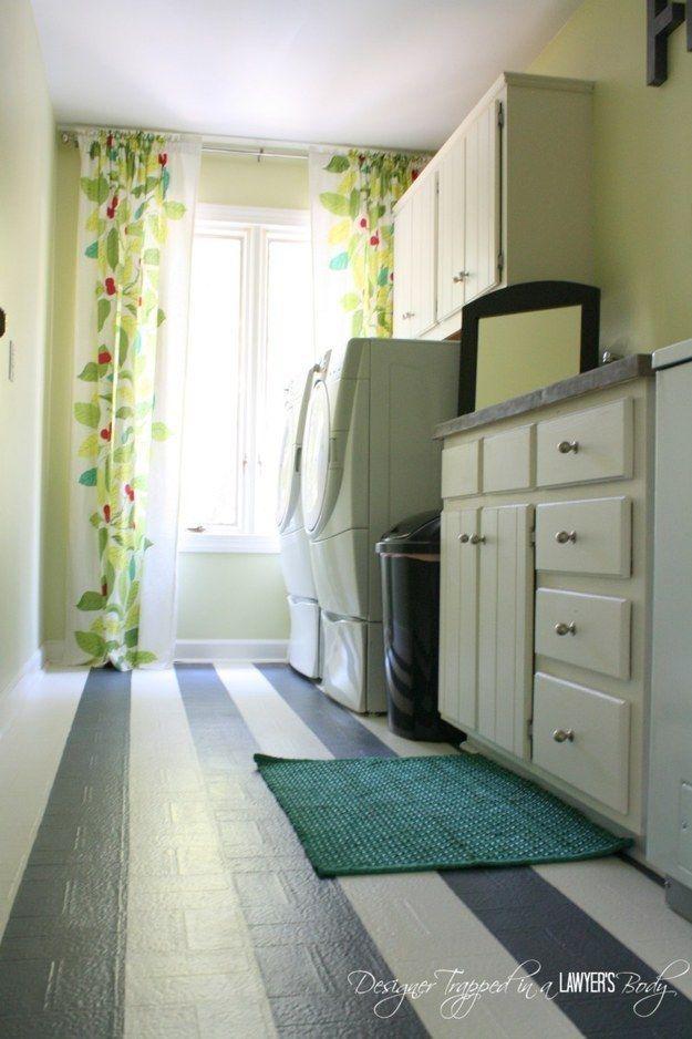 Pintura sobre suelos de linóleo de edad para una actualización gráfica. | 31 Inexpensive Ways To Make The Kitchen Your Happy Place