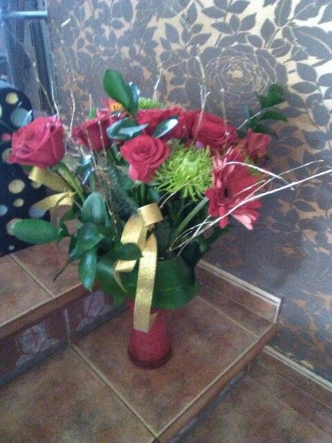 Ramo con rosas, gerberas, alstroemetia y base de cristal