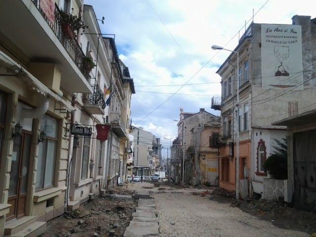 Prin ruinele Peninsulei Constanței , fosta promenadă din comunism a orașului ....