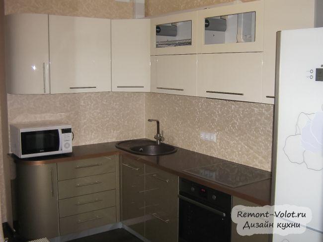 Золотисто-бежевая кухня за 3500$ с уютной обеденной зоной (22 фото)
