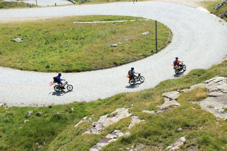 Mopeds unterwegs auf der Gotthard-Pass-Strecke. Eine Tour die man nicht so schnell vergisst :-).    www.bringhand.de/blog    #roadtrip #transport #beiladung #Strecke #wanderlust #Nomaden #Reisen #Schweiz #Deutschland #Österreich #Abenteuer #Fahren #Fernweh #Motorrad #Freunde #Friends #Bringhand #Urlaub #Berge #Italien #Überfahrt