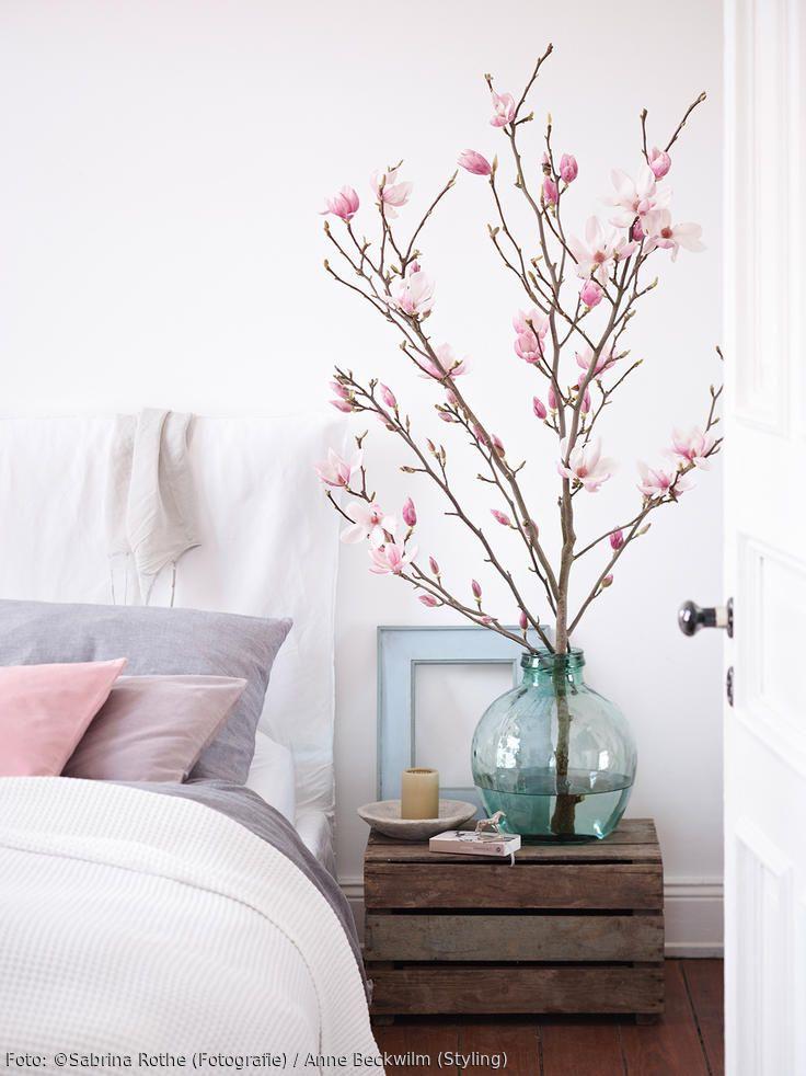Magnolienzweige im romantisch angehauchten Schlafzimmer. Mehr Inspiration auf roomido.com #living #obstkiste #interior #blumen #dekoration