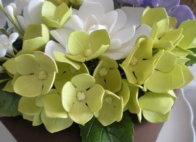 Petalsweets gumpaste Hydrangea tutorial. Click on flower photo for tutorial. I really admire Jacqueline Butlers flower making.