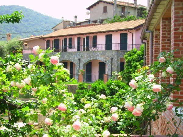 Nog zo'n leuk vakantieadresje! Deze agriturismo in Ligurië ligt in de buurt (12 km) van de kustplaats Alassio en haar prachtige stranden.