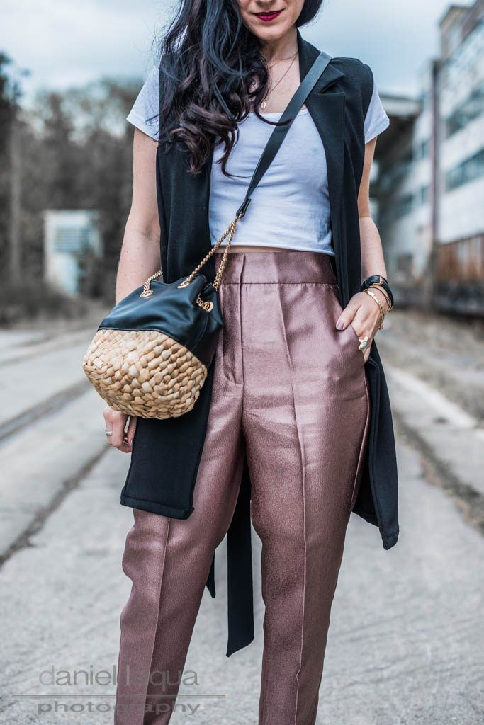 Outfit mit kupferfarbener Hose in Metallic Look, weißes cropped Top, schwarze Longweste, Bucket Bag und schwarzen High Heels | OOTD Julies Dresscode Fashion Blog | Outfitinspiration, Frühlingsoutfit | https://juliesdresscode.de