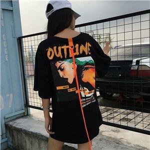 バックの横顔フォトプリントとオレンジのネオンカラーコードが印象的なビッグシルエット半袖Tシャツ