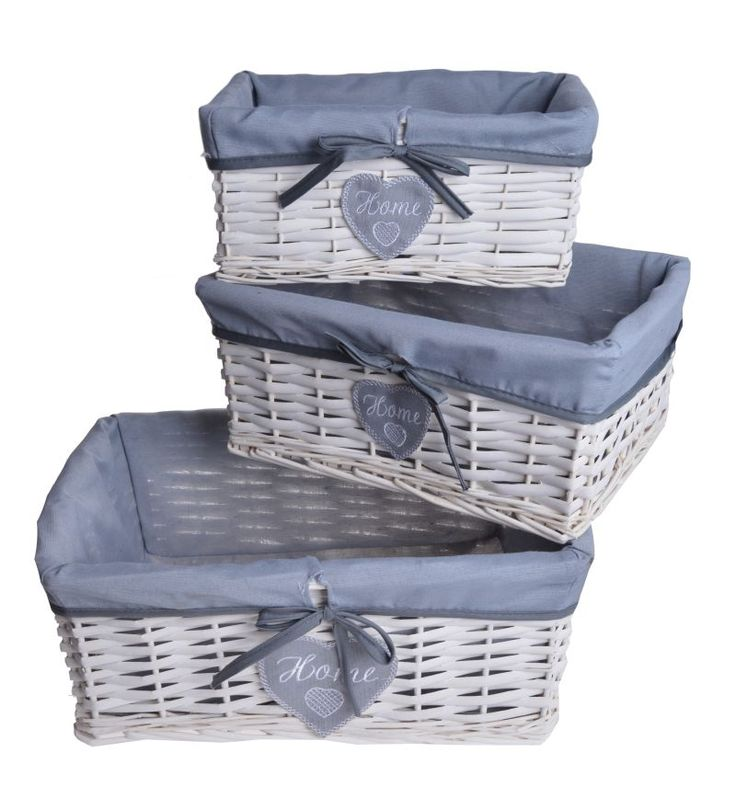 Koszyki wiklinowe prostokątne 3 szt od najmniejszego do największego. Koszyki wewnątrz wyściełane tkaniną w kolorze szarym. Wiklina w kolorze białym. Koszyczki posiadają wiszące serduszka z tkaniny oraz kokardkę. Idealny komplet do przechowywania w domu. Cena dotyczy kompletu 3 szt.
