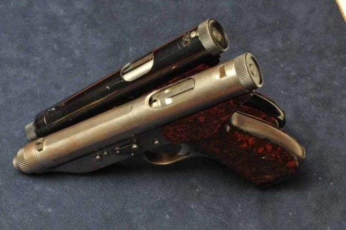 Пистолет, запрещенный из-за своей эффективности http://kleinburd.ru/news/pistolet-zapreshhennyj-iz-za-svoej-effektivnosti/  Перед вами уникальный 20-зарядный пистолет для самообороны, который в1950 году разработали итальянские оружейники Чезаре Леркер иКарло Куппини изБолоньи. Автоматический пистолет представлял собой пистолет-пулемет, который стрелял очередями, изаряжался дешевыми патронами калибра 6,35 миллиметра. В1951 году оружие было запатентовано, однако вскоре его запретили…
