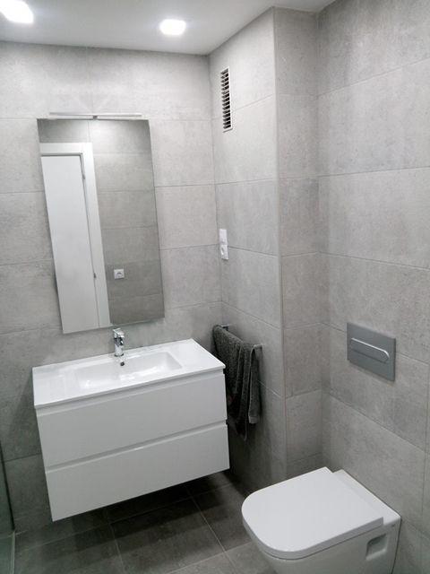 En los cuarto de baño se instalarón apliques y espejos con ...