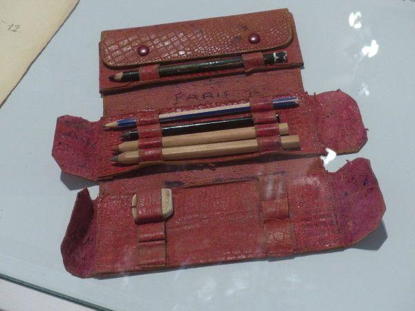 Si pratique, la trousse d'école en vrai cuir ! Celui-ci est rouge et il imite le croco !