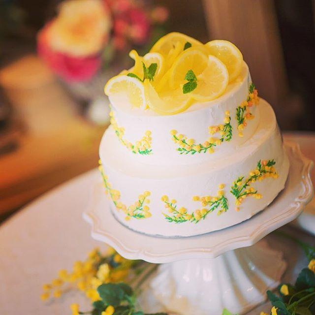 親族式のウェディングケーキはパーティのモチーフでもあるレモンをふんだんに使ったレモンクリームケーキ。爽やかな酸味で、甘いものが苦手なゲストも食べられるように。側面にたくさんのミモザをあしらってもらいました。 #プレ花嫁 #prewedding #ウェディングケーキ #weddingcake #myweddingcake #gardenwedding