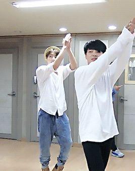 Não sei se presto atenção no Jungkook, no Jimin, no Jikook ou no Tae ali atrás...