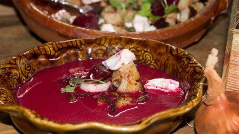Rödbetssoppa med knaprig getostsallad.