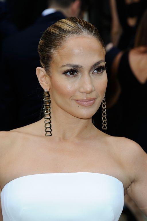 Jennifer Lopez à Paris pour le défilé Haute Couture de la maison Versace le 6 juillet 2014. maquillage nude