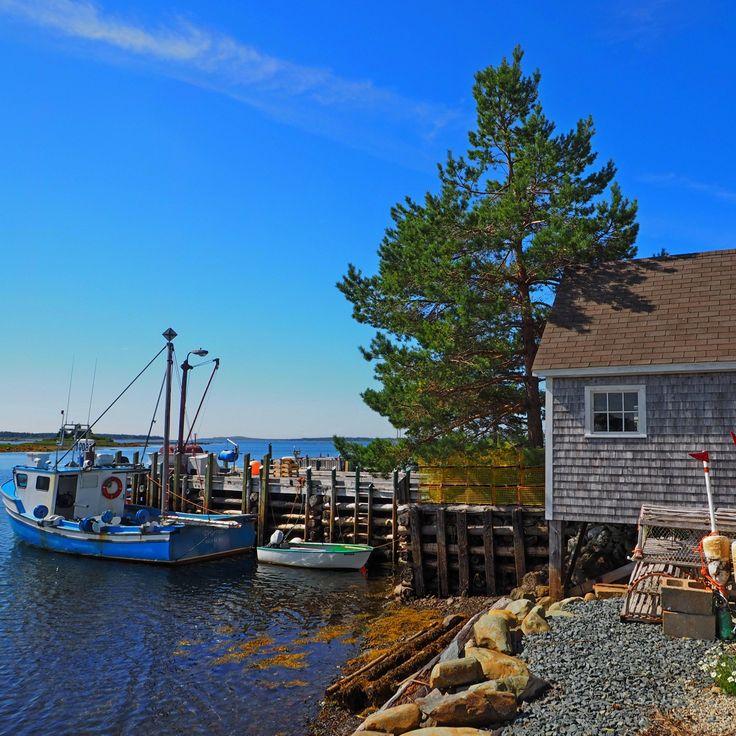 Ein typischer Anblick in Nova Scotia: Fischerhütte mit Boot und Reusen davor. Eine Roadtrip entlang des Lighthouse Trail durch die kanadische Provinz beschreibt Madlen Brückner vom Reiseblog Puriy.