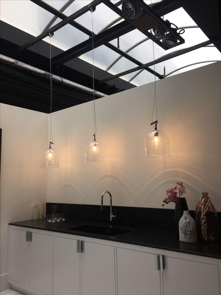 Hangende lampen voor in de wijnkelder trapgat
