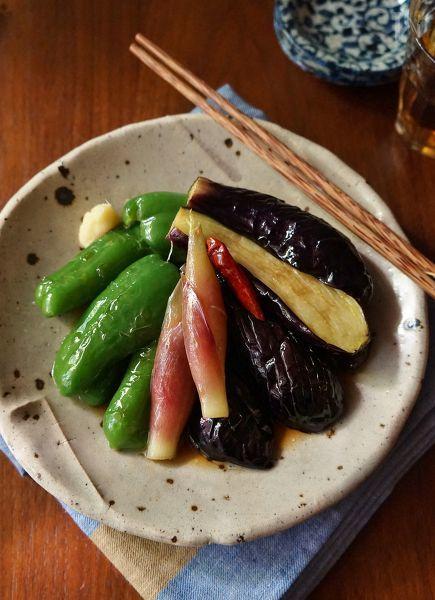 素揚げした野菜を手作り麺つゆに浸すだけの簡単レシピですが、野菜がもりもり食べられる一品です。そうめんなどにトッピングしても◎