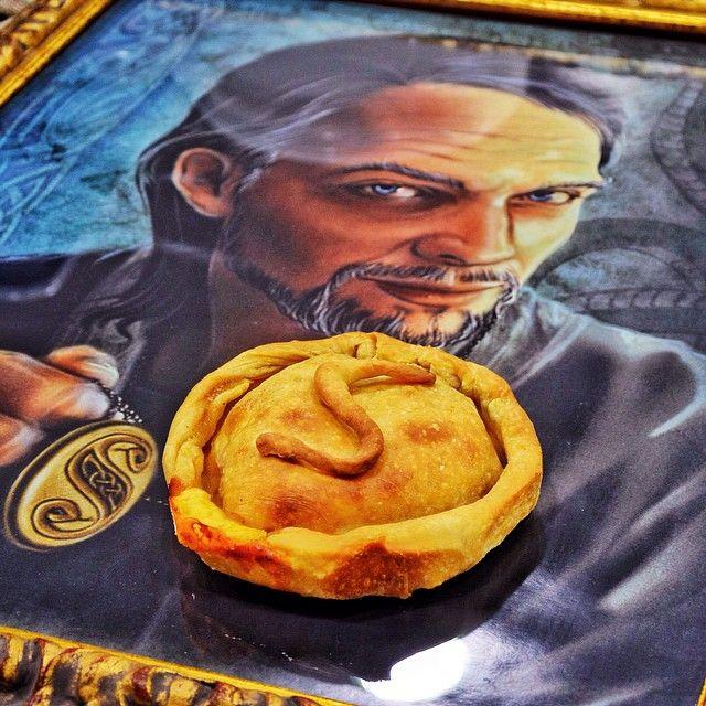 Προτελευταία μερα για την Χαριποτερικη και εμείς τρώμε Salazar Slytherin's Locket  Γεύση: Σκεπαστή πίτσα µε γέµιση από σάλτσα βασιλικού, σαλάµι αέρος, φρέσκια ντοµάτα και µιξ από κίτρινα τυριά. Στοιχεία: Προσωπικό αντικείµενο του Σάλαζαρ Σλύθεριν που προσπάθησε να καταστρέψει ο Ρέγκουλους Μπλακ επειδή κατάλαβε πως ήταν πεµπτουσιωτής. Τελικά ήταν η σειρά του Ρον να το εξολοθρεύσει χτυπώντας το µε το σπαθί του Γκρίφιντορ.