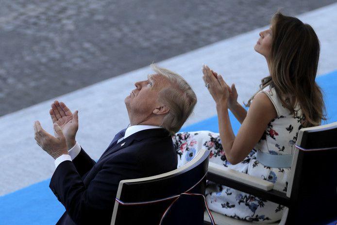 Donald Trump en vrouw Melania applaudiseren voor een show van de Franse luchtmacht tijdens de parades van 14 juli.