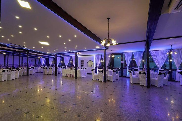 Lumini ambientale profesionale pentru nunta la Pensiunea Margo  #luminiambientale #decor #nunta #lavandă