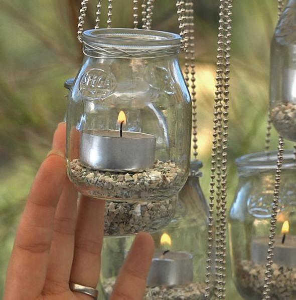 Adoro velas, acho que elas dão um toque legal numa decoração, numa festinha ou reunião , fazendo uma iluminação suave, romântica…Esses porta velas, são feitos com copos e vidros desses…