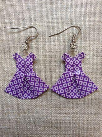 Boucles d'oreille robes violettes et blanches en origami : Boucles d'oreille par p-tite-pomme