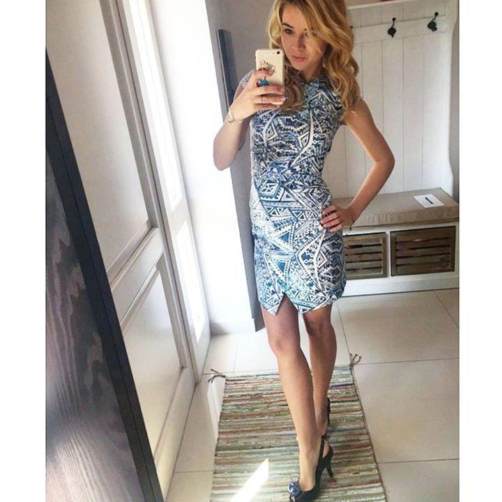 błękitna sukienka we wzory
