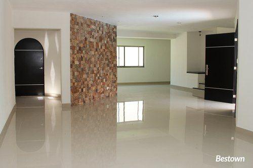 El arquitecto de ésta casa combino el estilo californiano con el minimalista utilizando columnas, arcos y paredes de piedra. Los pisos que se observan son de Porcelanato en tono claro, ideal para agrandar espacios.