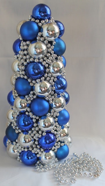 Thrifty Crafty Girl: 25 Days of Christmas - Ornament Tree