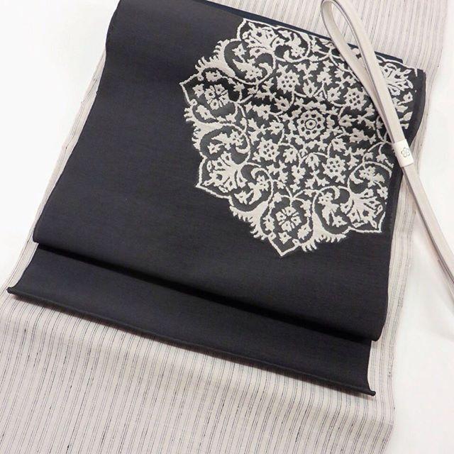 地機の結城縮です!「単衣の季節が待ち遠しくなる、何十年と掛けて愛用していける一枚」それが結城縮です。帯はペルシャ華文を織り出した誉田屋源兵衞の名古屋帯、白の糸は桜で染めています。帯締、帯揚げは単衣用の素材。帯揚げを黒にしています。 #なか志まや #なか志まやは新宿の呉服店です #着物 #結城紬 #結城縮