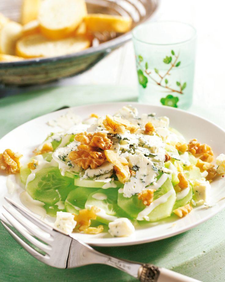 Komkommer met yoghurt, blauwe kaas en noten