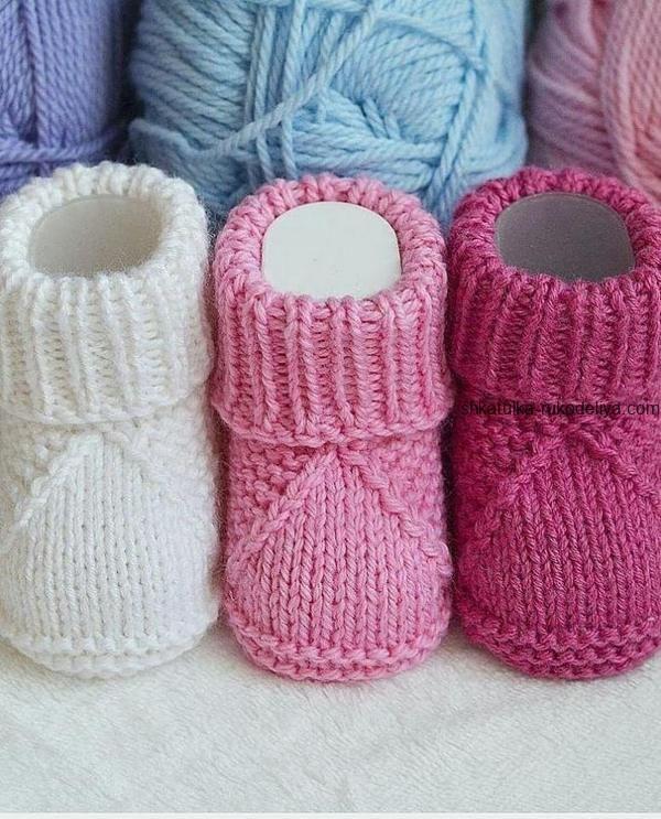 Booties für Neugeborene mit Stricknadeln. Baby