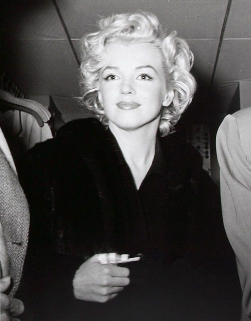 Marilyn Monroe the broken thumb on her honeymoon, did joe do it? he was known to hit marilyn