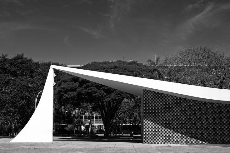 Galeria de Oscar Niemeyer pelas lentes de Haruo Mikami - 22