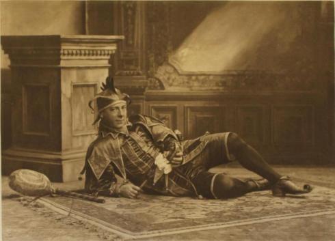 Бал-маскарад в Девоншир-хаус, 1897 г.Генри Холден выгодно выделяется на общем фоне благодаря сугубо несерьезному подходу к мероприятию: на нем костюм Уилла Сомерса, любимого шута королевы Елизаветы I, в котором он выглядит очень даже натурально.