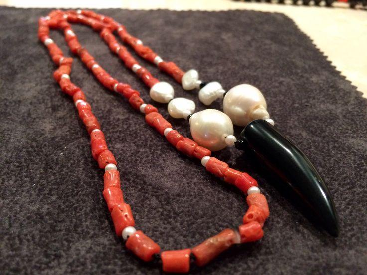 Collana di corallo mediterraneo,perline di fiume,perle scaramazze con corno di onice nero