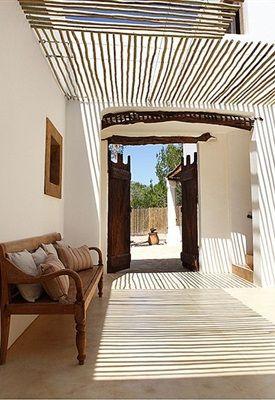 Rotan, katoen, ikat-prints, schelpen en natuurlijke elementen. Laat de hippie-look van het Spaanse eiland Ibiza een inspiratiebron zijn voor je eigen na-zomerse interieur.