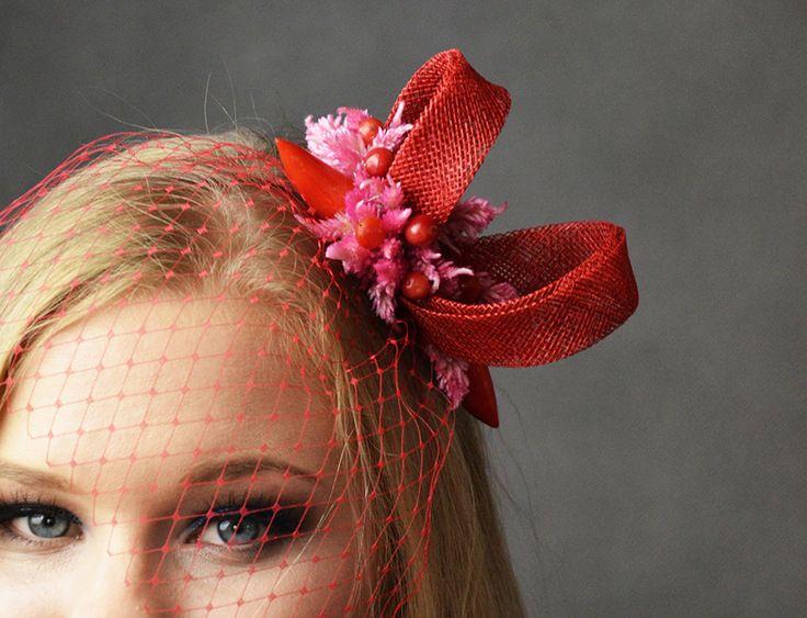 Fascynator ślubny w kolorze czerwonym - odważny, sexy dodatek do stylizacji!  Dostępny w Madame Allure.