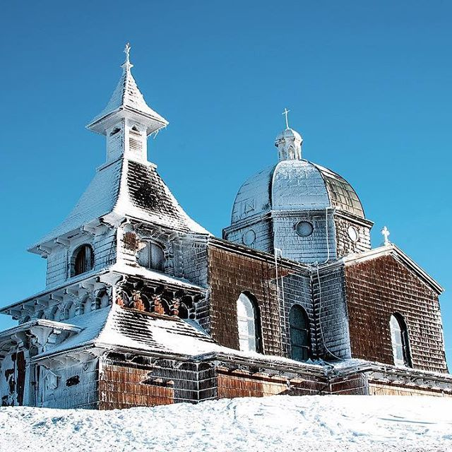 Kaplica św. Cyryla i Metodego na szczycie góry Radhošť ✨❄️ Radhošť, Czech Republic  #radhost #visitcz #natgeopl #nikonpolska #artystycznapodroz #blogtroterzy #weekendowowgóry
