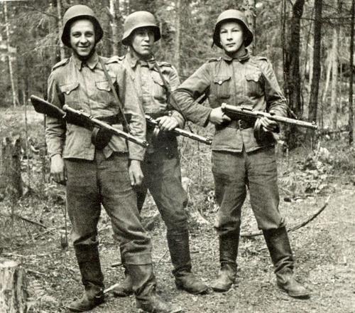 Young men of South Ostrobothnia (region in Finland) somewhere in Karelia, in 1941: Heikki Sepänmaa, Leo Sippola and Yrjö Pohjasmäki. They are armed with Suomi M31 submachine guns.