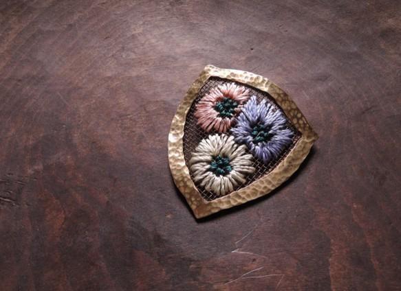 彫金と刺繍の技術を使ったブローチ。詩的な雰囲気をまとった作品です。 http://buff.ly/1vQT6QZ