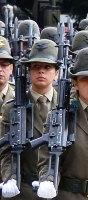 BOLZANO Un soldatessa di 26 anni ha perso la vita scivolando in montagna: la giovane caporal maggiore ha compiuto unsemplice gesto di