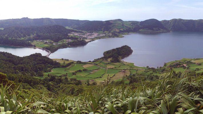 Lagoa das Sete Cidades (Portugalia) 26 de poze incredibile cu lacurile de crater - galerie foto. Vezi mai multe poze pe www.ghiduri-turistice.info Sursa : http://en.wikipedia.org/wiki/File:Sao_Miguel_-_Sete_Citades_panorama.jpg