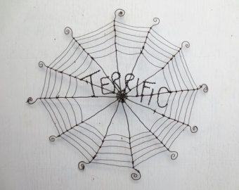 Araña roja checoslovaca cuelga de 12 alambre de púas esquina