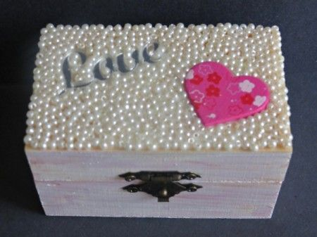 Turn an ordinary pine box into a beautiful keepsake trinket box. A truly inspiring bead home decor idea.